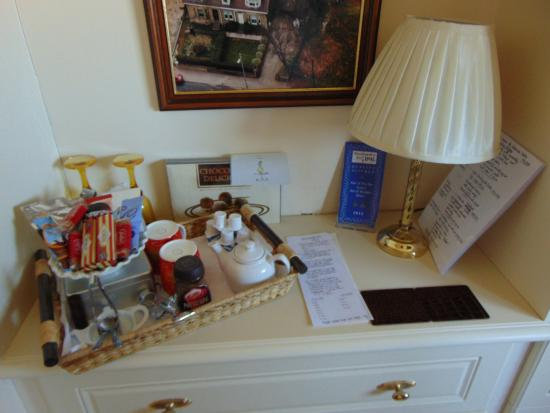Caldercruix, UK: The tea and coffee making facilities (with complimentary box of choccies)