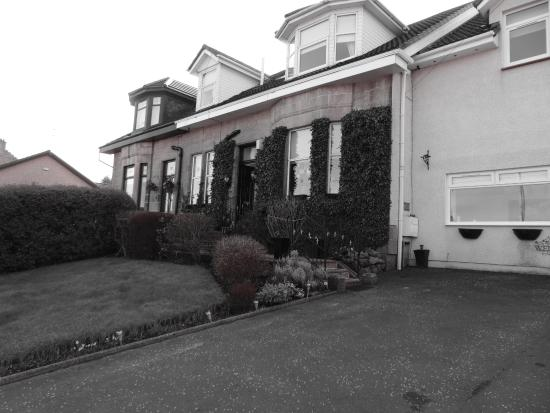 Caldercruix, UK: The front of the B&B from the private carpark