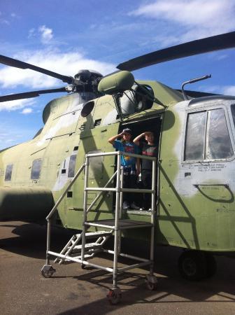North Highlands, Kalifornia: Kids had fun boarding the chopper.
