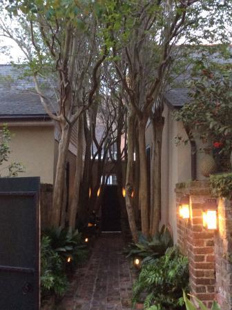 Audubon Cottages: Entry in evening