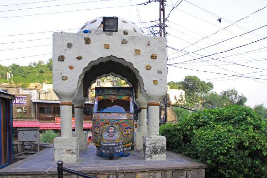 Tempel museum oder nur carport für das tuk tuk picture of