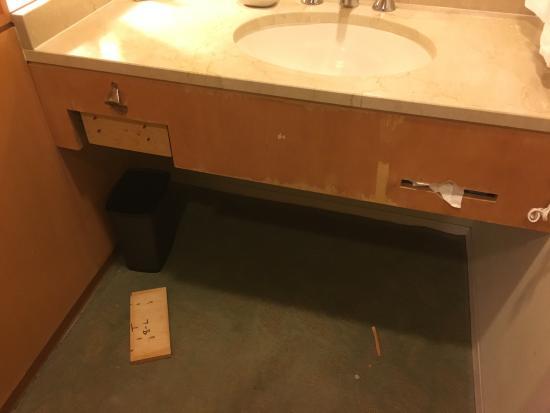 Palisades, Νέα Υόρκη: Vanity falling apart, drawer face on floor and sharp exposed screws