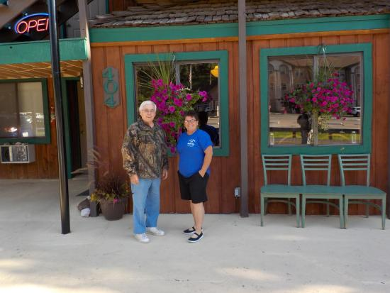 Battle Creek Lodge: My husband and Cine in front of her absolutely gorgeous flowers!