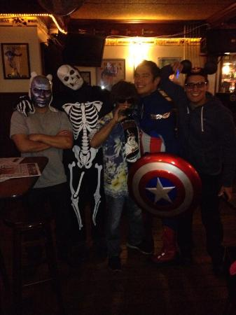 San Mateo, Californien: Fun with friends on Halloween at Route 92 Sports Bar
