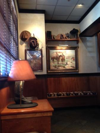 LongHorn Steakhouse: Waiting area