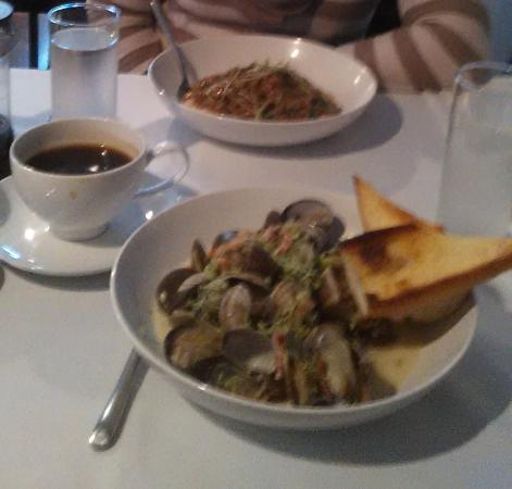 De La Terre: I truly enjoyed my clams and sauce!