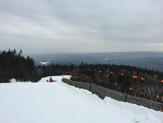 Mount Sunapee, Nueva Hampshire: View from the top of the mountain, looking down onto the Glade ski-run