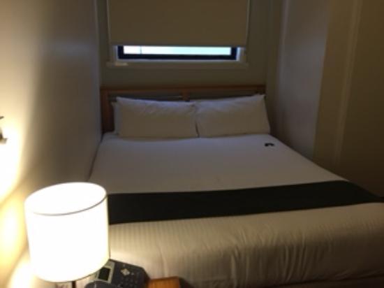Hotel Sophia: ベッドは広いが収納がない
