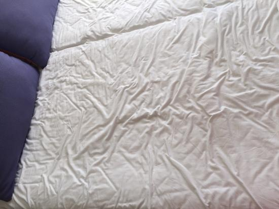 Adina Apartment Hotel Perth: Bed after the cleaning lady left....