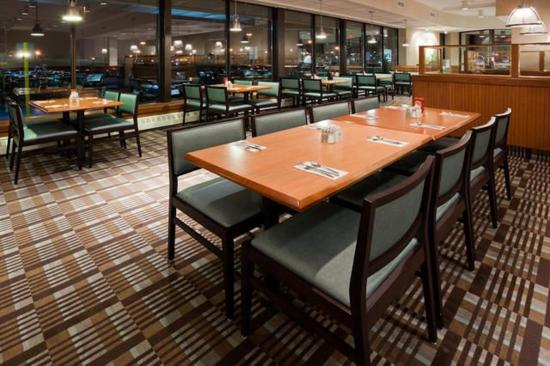 Holiday Inn Toronto Airport East: Take your time & dine