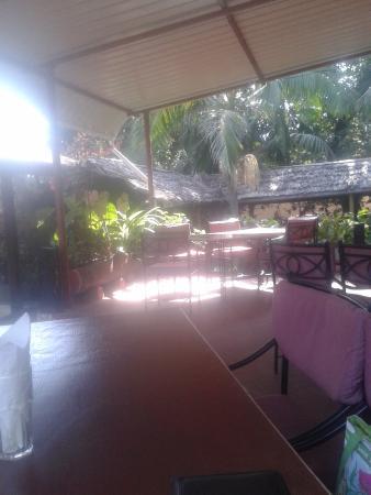 Pepe's : уютный вид с веранды отеля при кафе- жду обед