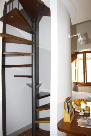 Gianna's Bed and Breakfast: The spiral staircase up to mezzanine floor