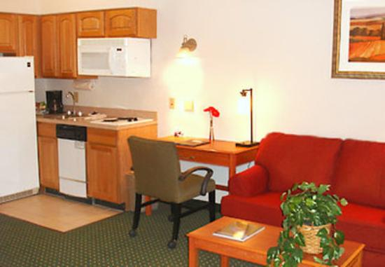 TownePlace Suites Wilmington Newark/Christiana: Suite Living Area