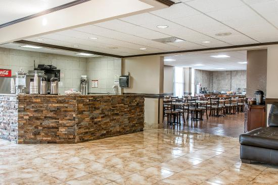Clarion Inn & Suites Airport: Breakfast