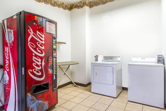 Econo Lodge Inn & Suites: Laundry