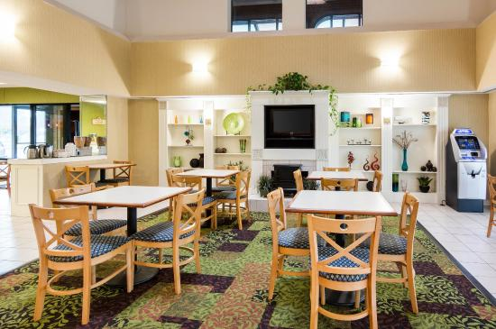 Quality Inn at Fort Lee: Breakfast area