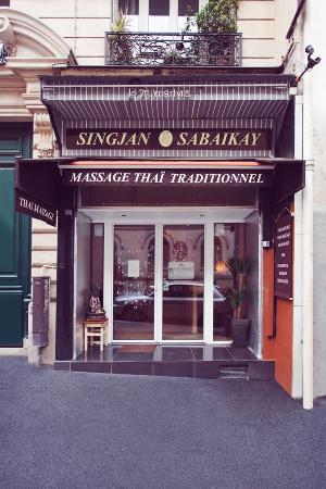 devanture du salon de massage 76 rue des martyrs paris 18 picture of singjan sabaikaya paris. Black Bedroom Furniture Sets. Home Design Ideas