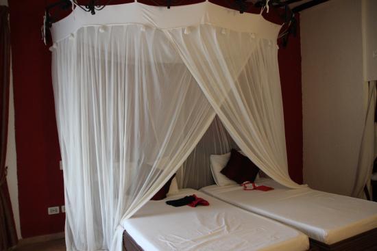 Letto a baldacchino con tende per (eventuali) zanzare - Foto di Kiwengwa Villaggio, Zanzibar ...