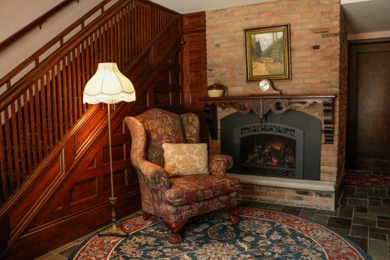 Stone Chalet Bed & Breakfast Inn: Parsonage Lobby Fireplace