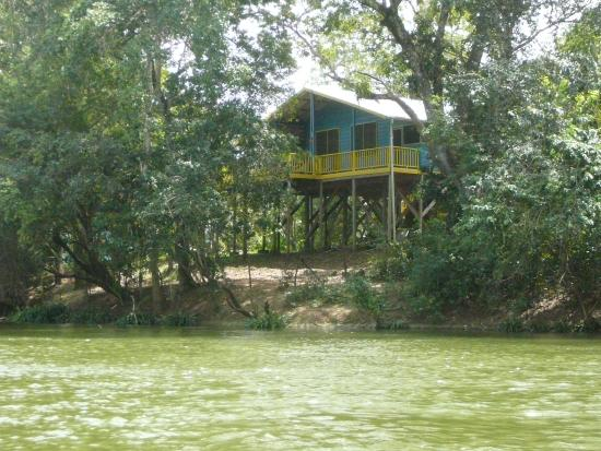 Burrell Boom, Belice: view of the house from the canoe in the river