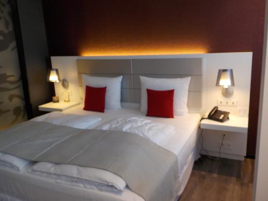 Hotel Riu Plaza Berlin: 2mx2m Bett