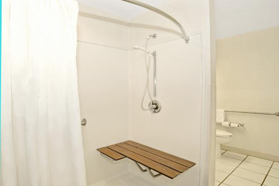 Microtel Inn & Suites by Wyndham Raleigh Durham Airport: Rolling shower Double queen bedroom