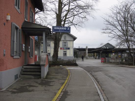 Fehraltorf, Schweiz: Wirklich praktisch am Gleis - gut wenn man ein Gläsli Wein trinken will