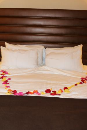 Lincoln, CA: Rose petals and treats on the bed for turn down service... so A+