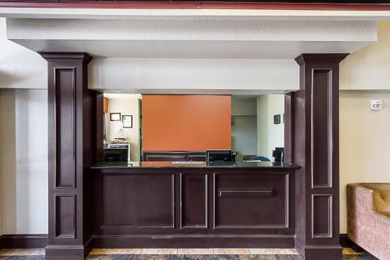 Econo Lodge San Antonio: Front Desk