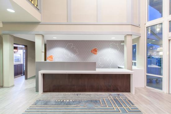 Hawthorn Suites By Wyndham Livermore Wine Country: Front Desk