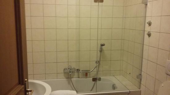Hotel Caesar Prague: bit of an awkward shower!