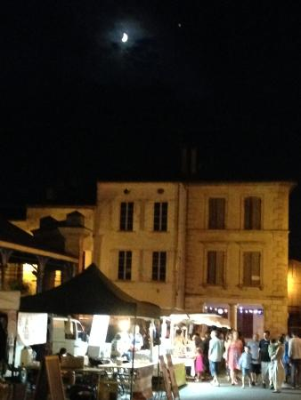 Monsegur, Francia: The farmer's market after sunset.