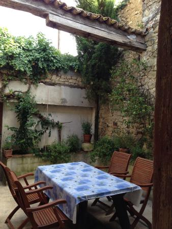 Monsegur, Francia: The courtyard, my favorite spot for relaxing.