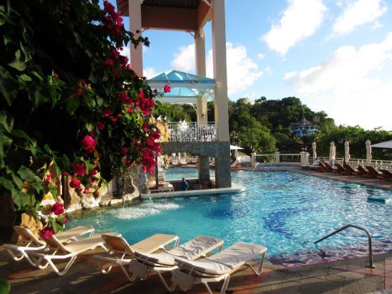 Sandals Regency La Toc: Sunset bluff pool
