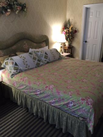 huge comfortable bed picture of carmel inn suites carmel rh tripadvisor co nz