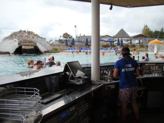 Lake Taupo TOP 10 Holiday Resort: view from swim up bar
