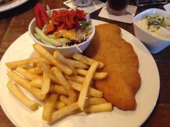 Potters Hotel & Brewery: Chicken schnitzel at the restaurant