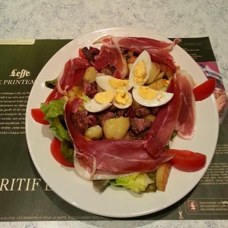 Au Petit Parapluie: Salade/tomate/andouille/patatesrissolées/jambon cru et oeuf dur