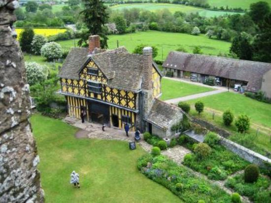 Shelve, UK: Stokesay Castle gatehouse taken from the manor