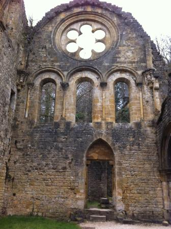 Luxembourg Province, Bélgica: Rosas of old church building in ruins
