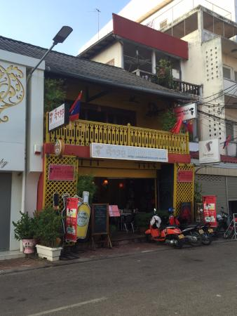 Xang Khoo Restaurant: VUE DE LA RUE, TERRASSE AU PREMIER