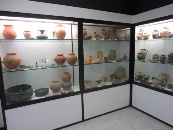Museo Archeologico di Saturnia : vetrine espositive