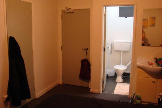 Horse and Jockey Inn : Ansicht Tür und Badezimmer