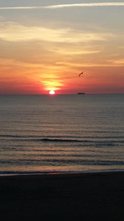 Days Inn Virginia Beach Oceanfront: Morning sunrise from the balcony