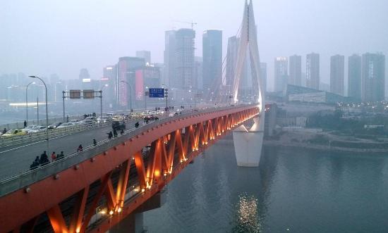 Donghe Garden Hotel: Flussbrücke im Zentrum von Chongqing