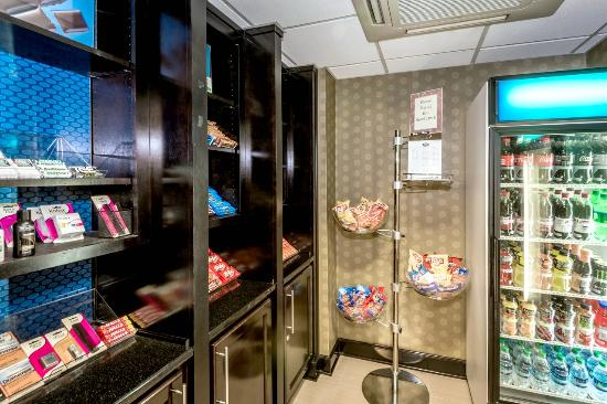 Hampton Inn & Suites Montgomery-Downtown: Suite Shop with Snacks and Beverages