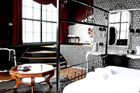 Blue Collar Hotel: Burlesque Suite Silver