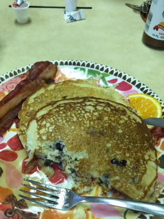 Kelly's AdaBlue Cafe: Blueberry pancakes and bacon