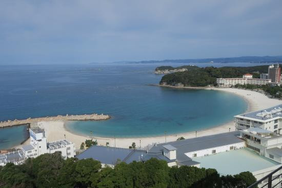 Resort Hotel Laforet Nankishirahama: The fantastic beach as viewed from the onsen floor