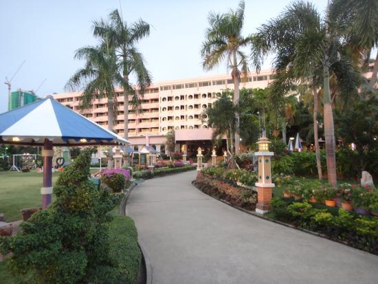 Asia Pattaya Hotel: jardin devant l'hotel, derrière moi, la mer.